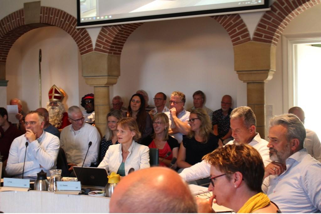 De raadsvergadering over het afschaffen van het amtsgebed: gespannen gezichten. Joke van der Heide © BDU media