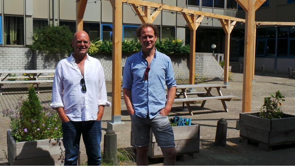 De broers Maarten en Rolf Meurkens op de binnenplaats van Bogotá Jet Kuiper © BDU media