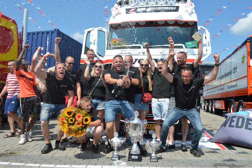 Het team van Nick Willigenburg viert de overwinning. Het won drie bekers: in de categorie 'losgestort', voor de mooiste opbouw en als Mooiste truck van Nederland. Truckstart Magazine © BDU media