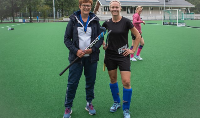 Herma Meerdink (links)  en Mariska Krul gaan met het nationale hockey team 35+ voor de Europese titel.