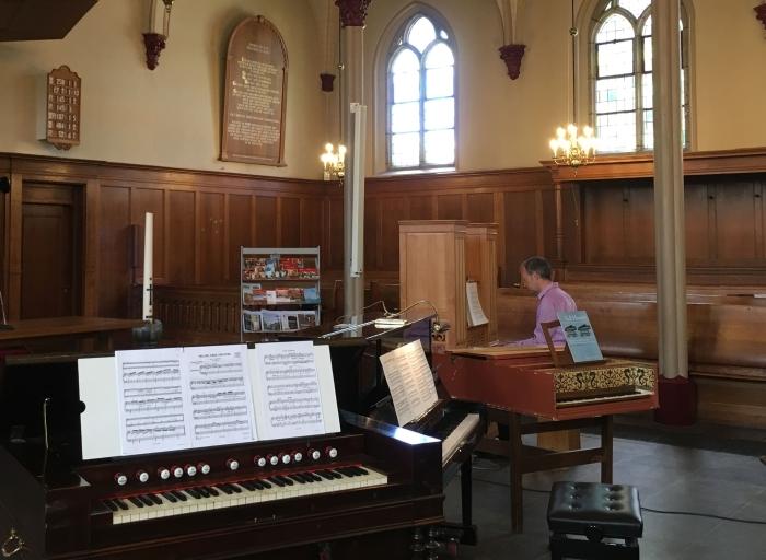 Richard Vos met de instrumenten Willy van Dijk-Doornenbal © BDU media