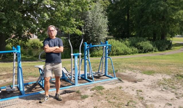 Henk Hack sport zelf ook veel. Hij geeft spinninglessen, maar het liefst staat hij op de surfplank.