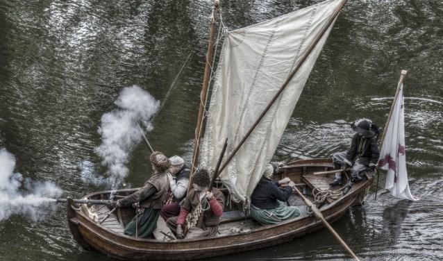Belinda en Oele (links) voorop op het schip De Jonge Kraai samen met mede crew leden..
