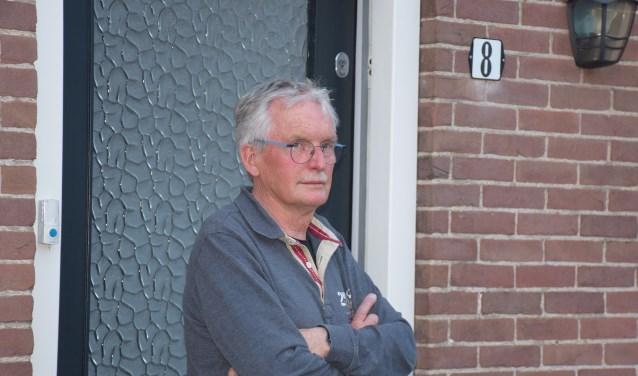 Arris Harskamp voor de voormalige ingang van het kapsalon.