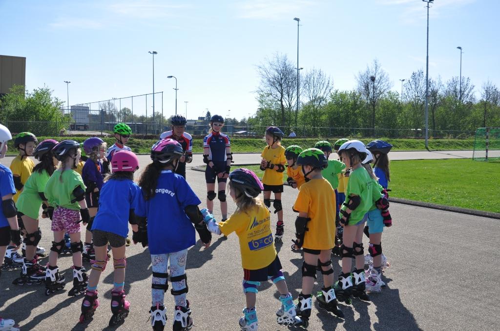 <p>Een groep kinderen klaar om te gaan skeeleren tijdens de SAM Sportweek Zomer.&nbsp;</p>
