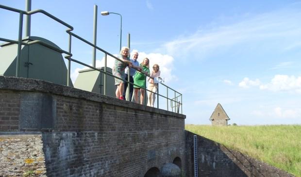 Op de foto van links naar rechts: Wil Kosterman (gemeente Wijk bij Duurstede), Bernard de Jong (HDSR), Evelyn Brinkman (provincie Utrecht) en Martine van Amerongen (VVV Kromme Rijnstreek) voor de inundatiesluis in Wijk bij Duurstede.