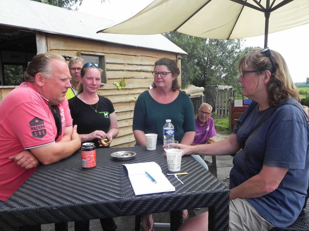 Namens de gemeenteraad kwamen raadsleden Wypke Zuidweg en Leny Visser luisteren naar de oprichters van het hondenspeelparadijs.  Richard Thoolen © BDU media