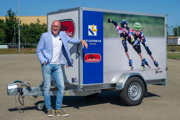 Hans Koopman, directeur bij hoofdsponsor Kelderman Bouw, onthult vol trots de nieuwe EIJV-kar