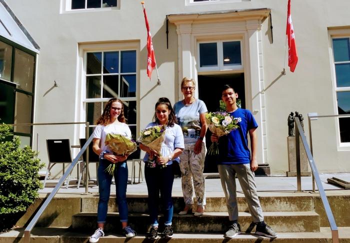 Lorelei Osinga, Wizha Teymouri, Christien Manni (de Bibliotheek Eemland) en Thymen Aghina.