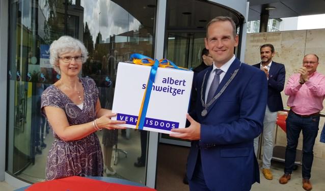 Elly de Leeuwerk en burgemeester Bram van Hemmen pakten een boek met herinneringen in.
