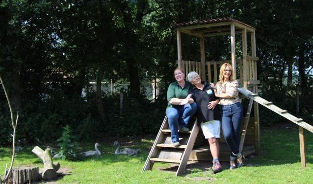 Barbara van 't Hoen (links), José Dekker en Charlotte Najafi worden al vrolijk als ze 's morgens de Vogel - en knaagdierenopvang binnenlopen.