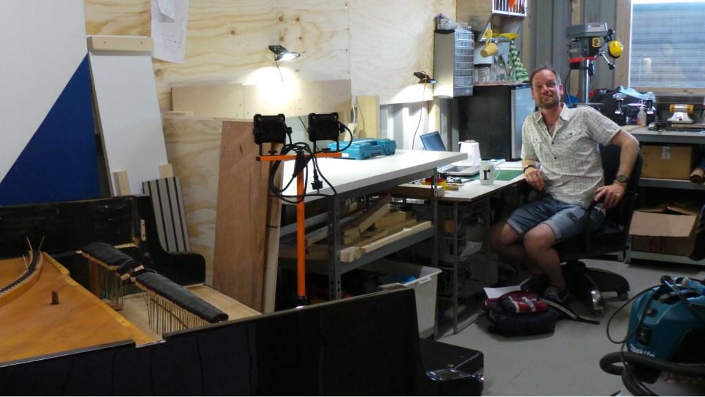 Pianotechnicus Ronald de Jong reviseert en assembleert oude piano's Jet Kuiper © BDU media