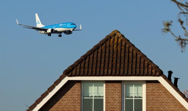 De raad wil grenzen voor de luchtvaart voor lawaai en milieu, en handhaving daarvan.