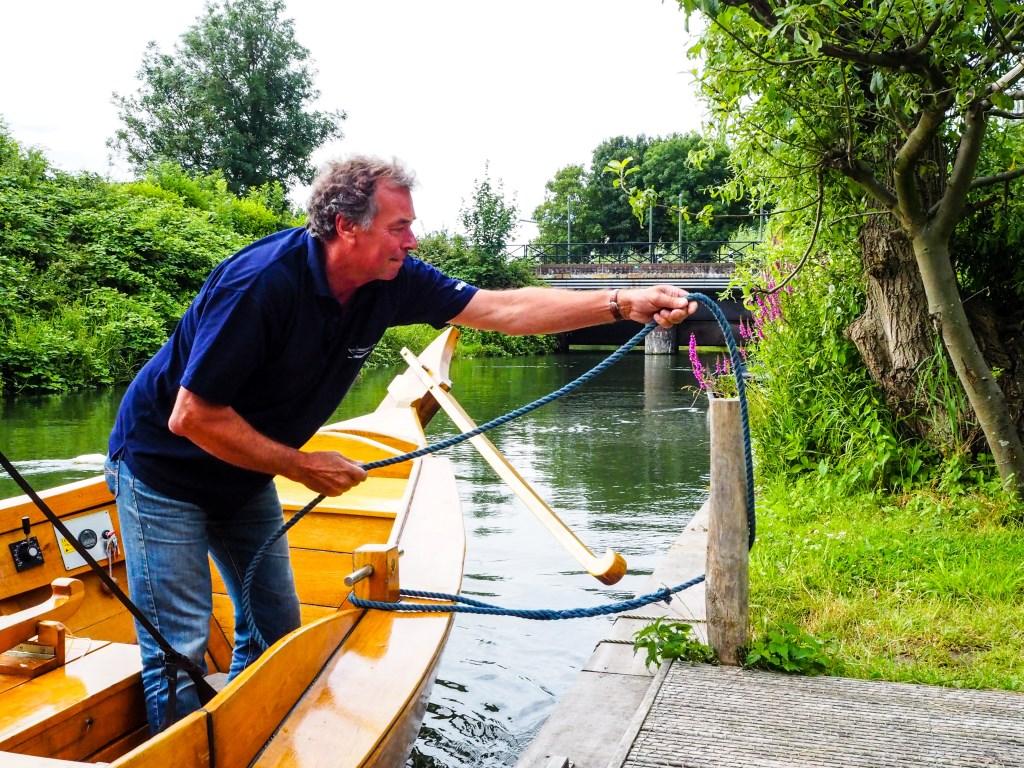 Schipper Bert Stuart gooit de trossen los Tanja Vlieger © BDU media