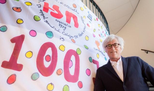 Algemeen directeur Jan Blonk voor het winnende ontwerp van de jubileumvlag.