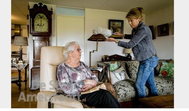 Een thuiszorgster bij een cliënt. De personen op deze foto komen niet voor in dit artikel.