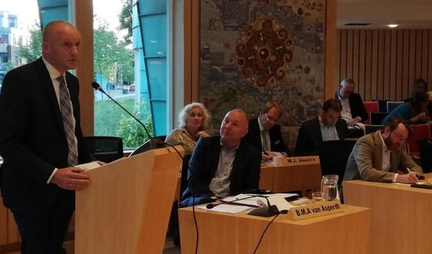 Financieel wethouder Hans Marchal (PCG) voert het woord tijdens de Kadernota in reactie op de Algemene Beschouwingen