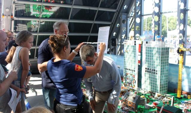 Burgemeester krijgt Lego ambtsketting omgehangen De Graaf © BDU media
