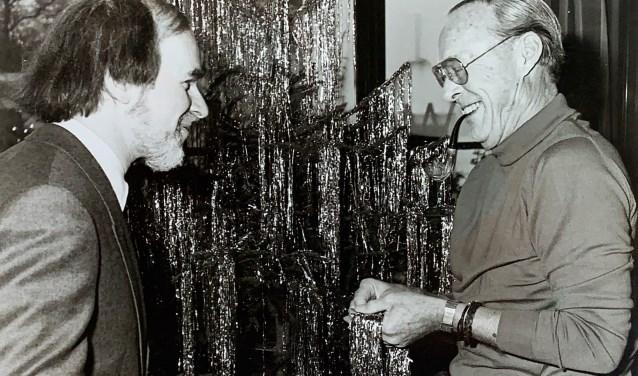 Fred Lammers en prins Bernhard bij de kerstboom op Soestdijk.