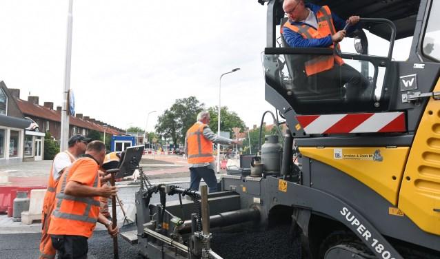 Wethouder spek asfalteert rotonde
