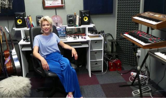 Zangeres Pyn schrijft liedjes in haar muziek studio