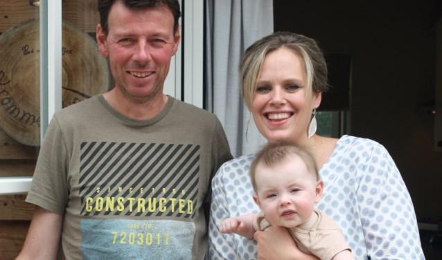 Hans van Rooijen en Hanneke van Sommeren met hun dochtertje Juliet.