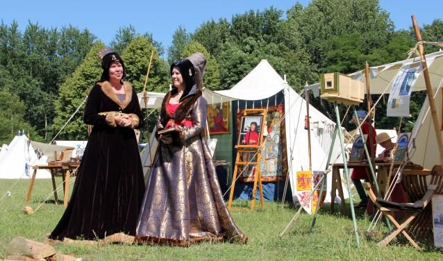 Vrouwe Marianne en Vrouwe Yolande in ernstig gesprek welke Ridder ze zullen uitverkiezen.