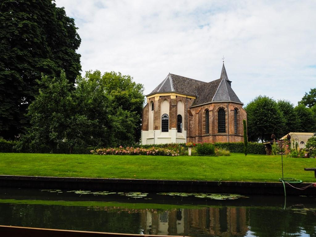 Ook de St. Agneskerk in Cothen zie je mooi liggen vanaf het water.  Tanja Vlieger © BDU media