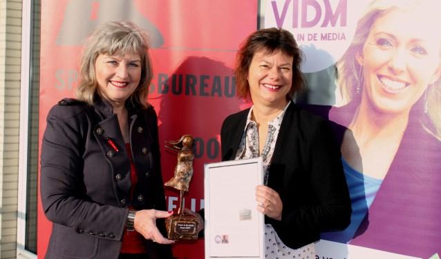 Wethouder Erica Spil (rechts) wint Vrouw in de Media Award (archief, febr 2018)