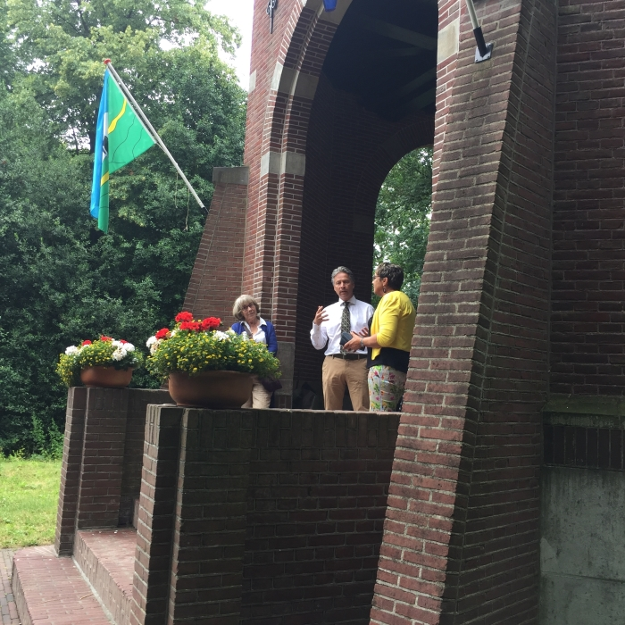 Koepelbeheerder Gert Jan Van Doorn interviewt de twee exposanten. Links van Gert Jan staat Anneke de Meij en rechts Marry Duim.