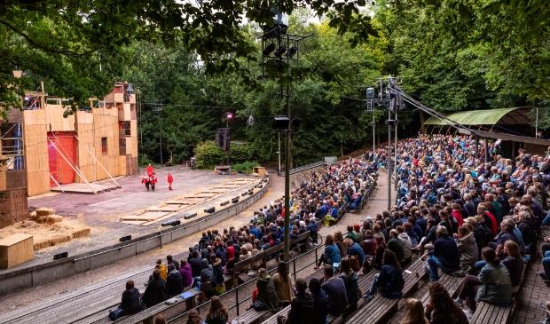 Op het podium staan dit jaar geen acteurs. Daar komt een terras voor het publiek.