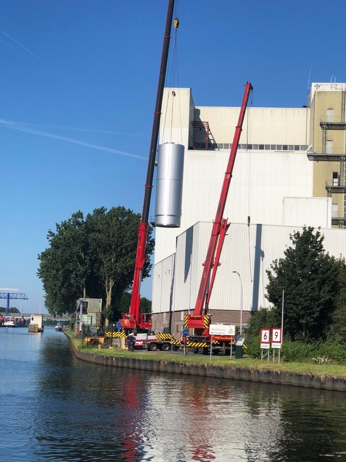 Een vloeistoftank met een inhoud van 50 m3 wordt naar binnen getakeld Cooperatie De Valk © BDU Media