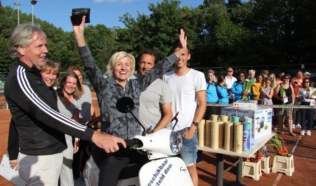 Bianca Verzaal kan het amper geloven dat zij de scooter gewonnen heeft.