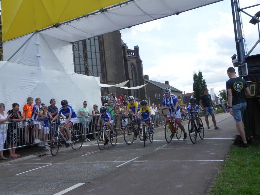 Koen Geraerts, Rexx van Baaren en Robine Bikker zijn van start gegaan voor de allereerste rit. Richard Thoolen © BDU media