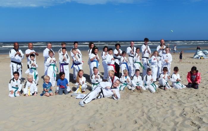 Leerlingen van Taekwondoschool Choi Do Kwan liggend trainer Henny van den Brink en staand links hoofdtrainer Sylvestro van der Kooye. H. Wafai © BDU media