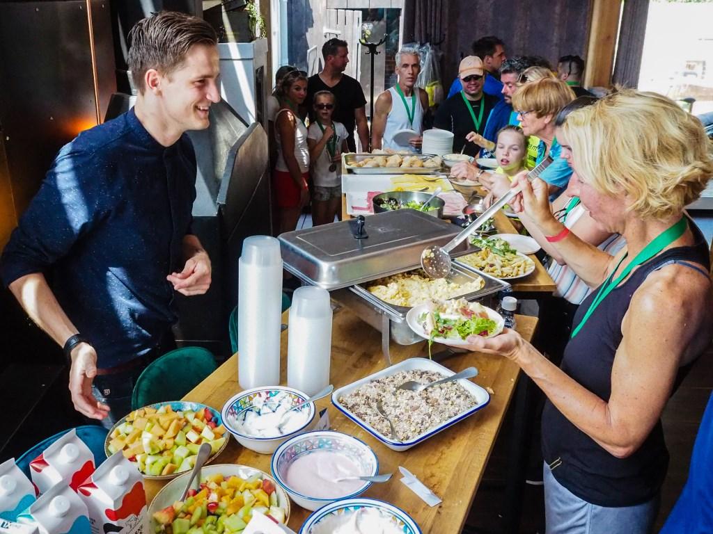 Het lunchbuffet viel zeer goed in de smaak bij hardlopers en wandelaars.  Tanja Vlieger © BDU media
