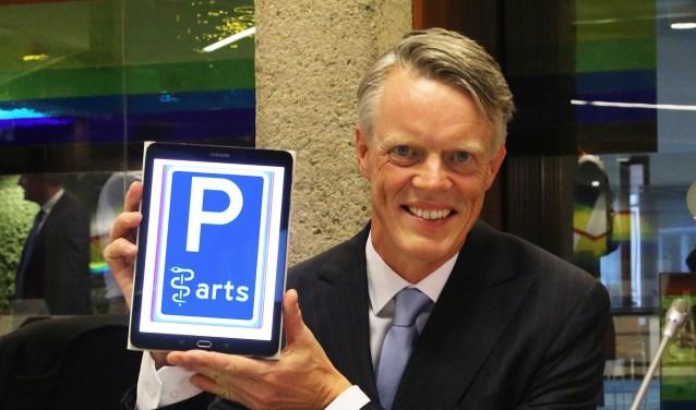 Pier Rienks toont het bord voor parkeren dichtbij huis voor huisartsen.