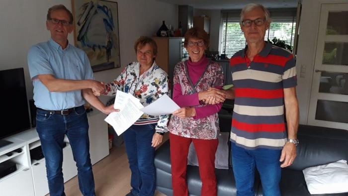 Bestuursleden van De Kloostergaarde en Opgewekt Houten na ondertekening van de intentieovereenkomst. V.l.n.r.: Wilko Kistemaker (voorzitter Opgewekt Houten), Marjan Grapperhaus (voorzitter De Kloostergaarde), Elly Hollander-Kool (bestuurslid De Kloos