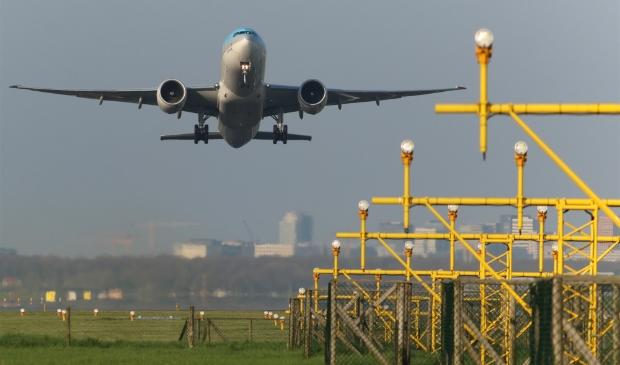 <p>Een vliegtuig stijgt op vanaf Schiphol.</p>