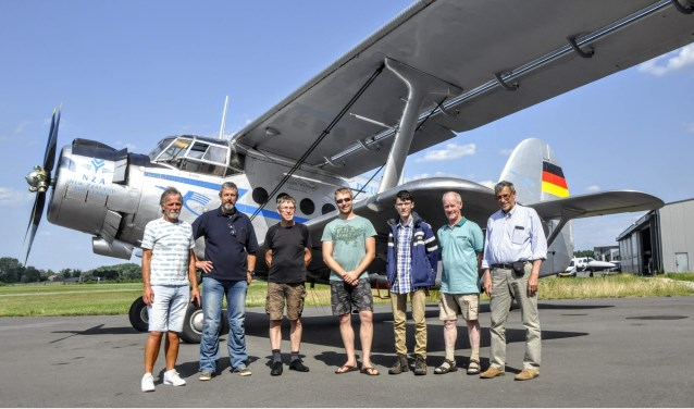 De groep abonnees van de Barneveldse Krant voor de start van de rondvlucht.