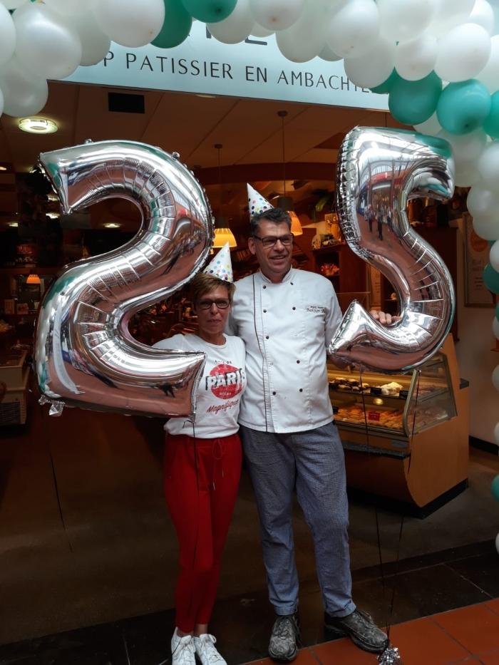 Marjolein en Bas Hendrikx voor de feestelijk winkel