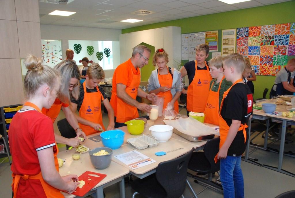 Samenwerken aan de appelcrumbletaart. Adriaan Hosang © BDU media