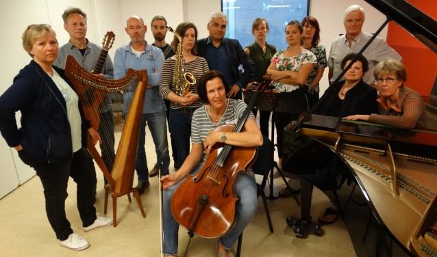 Leraren en bestuur van de muziekschool. (Hans Flipse staat rechts)