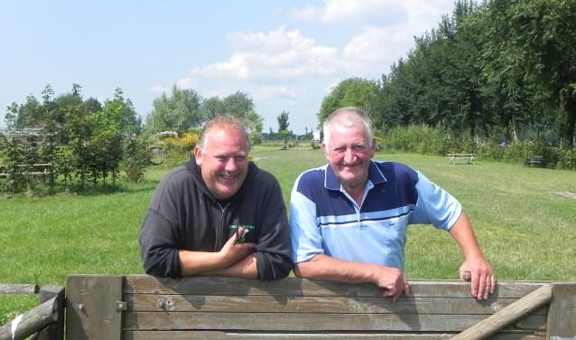 Gert de Klein en Joop van Rijn zijn het niet eens met het gemeentebesluit om het hondenspeelparadijs te sluiten.