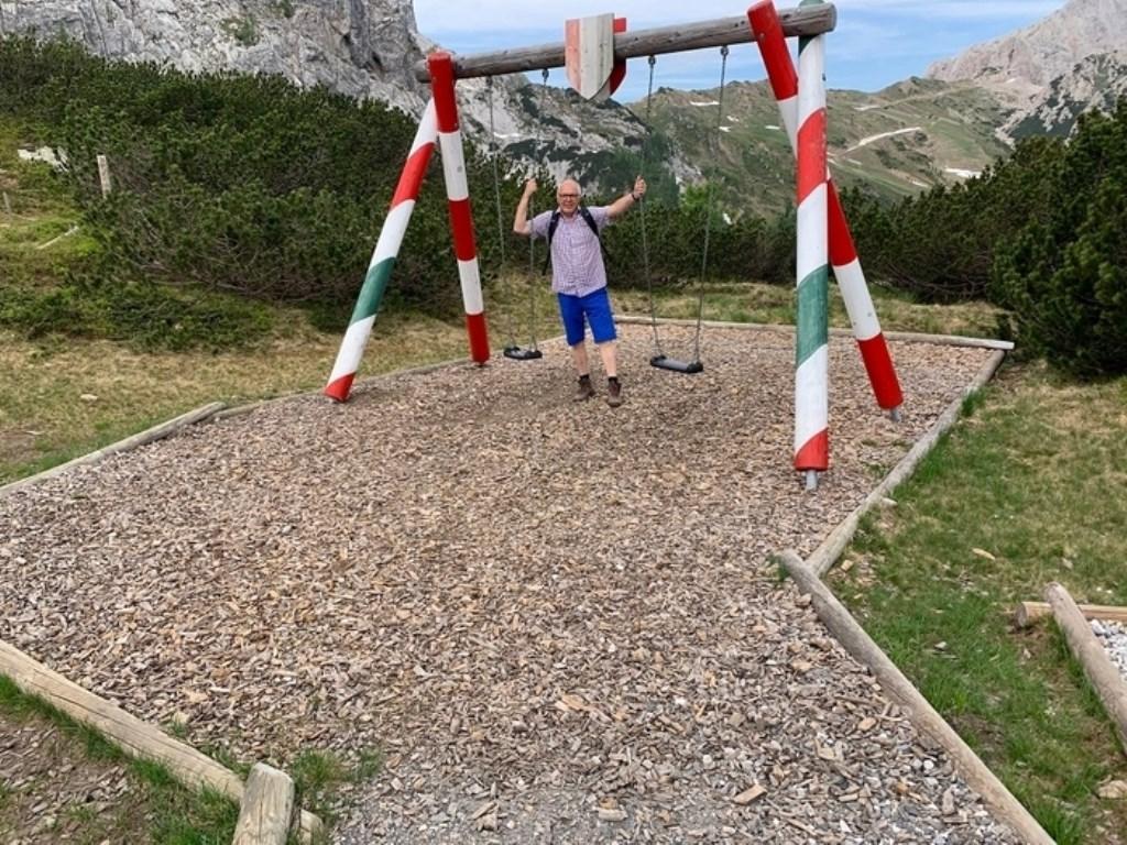 Schommelen op de grens van Oostenrijk en Italië, hoe bijzonder. Je passeert zo vaak je wilt de landsgrens. Op de palen kun je zien aan de kleuren van de vlag in welk land je bent. Fred Stuij © BDU media