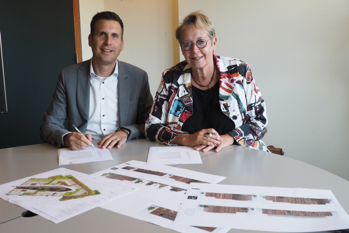 Roel Wijlens van Koopmans Bouwgroep en Marian Teer, directeur van Woonstede bij de ondertekening