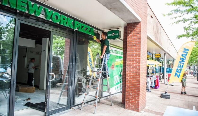 Redouan Ahbiti (23) opent zondag 21 juli de deurenvan zijn New York Pizza.