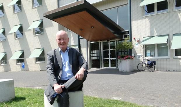 Ruud van Bennekom voor het gemeentehuis. Het was 30 graden dus de stropdas kon uit.