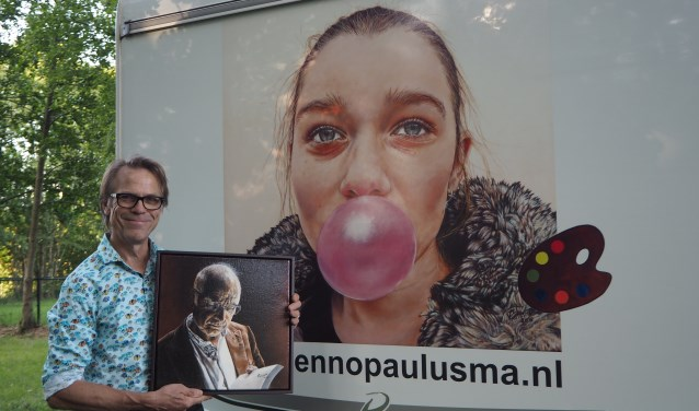 Enno Paulusma met een portret van partner Cees en hun kleindochter Anne.