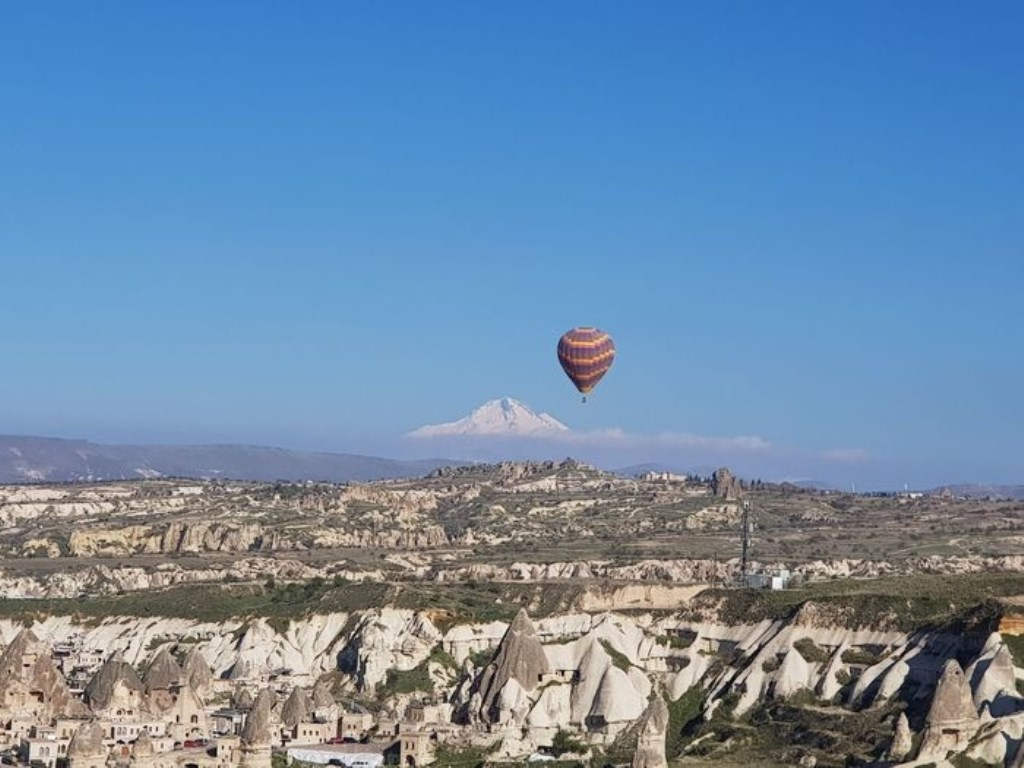 'Alleen op de wereld in Cappadocia', zette Ellie Molenaar bij deze foto. Ze was op vakantie met Gerda de Boer en Henriëtte van Iperen. Ellie Molenaar © BDU media